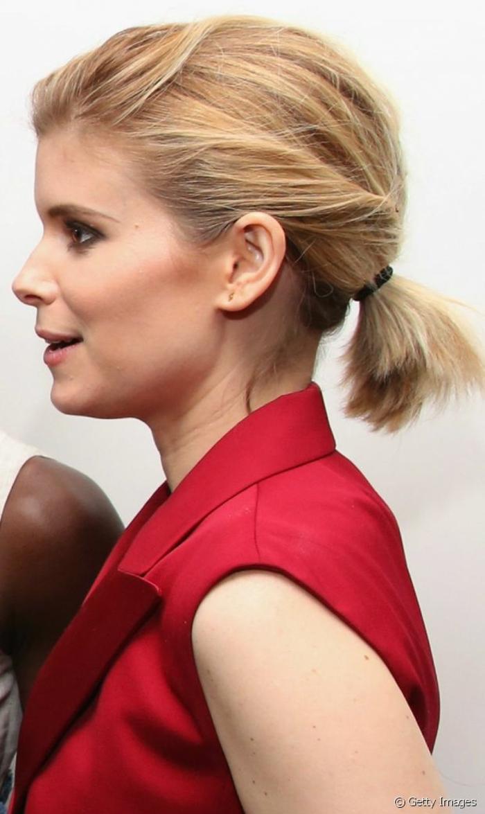 coiffure queue de cheval cheveux blonds, ponytail cheveux courts, chemise rouge
