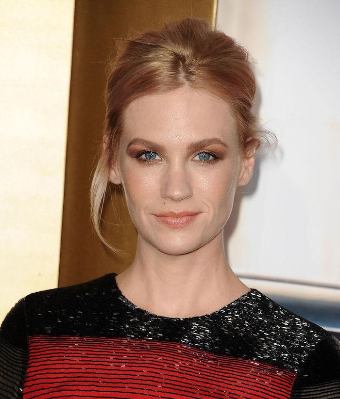 un blond roux aux reflets associé à un maquillage des yeux cuivré et un teint doré