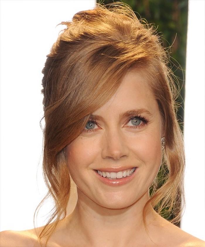 des cheveux blond roux d'un joli effet soleil, coiffure relevée décontractée avec quelques mèches de côté