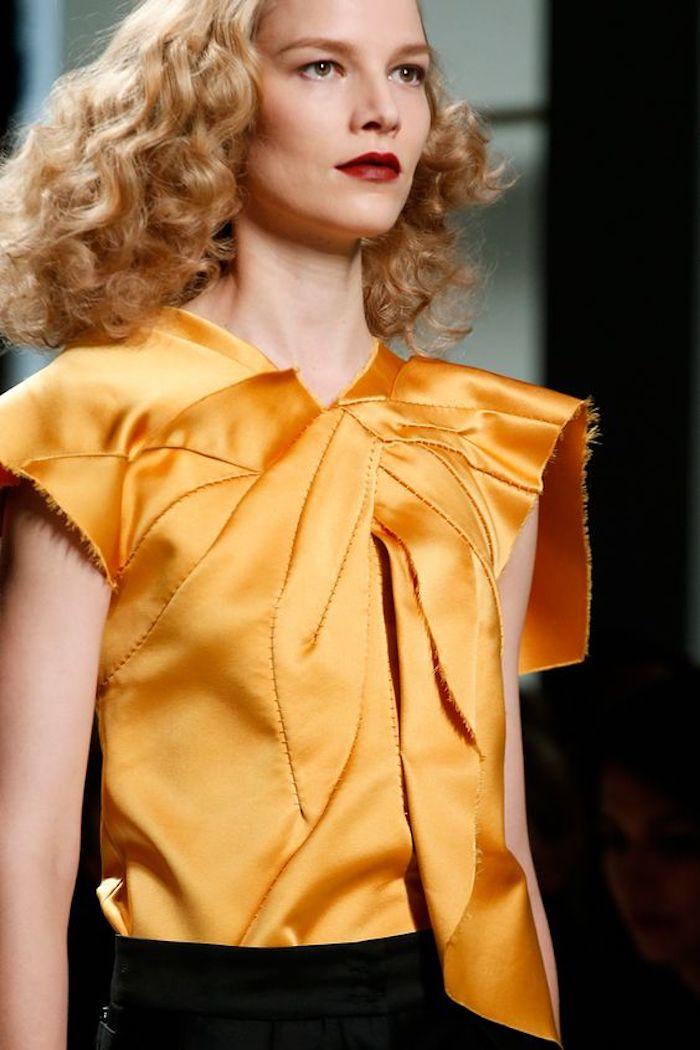 des cheveux bouclés sublimes façon rétro de couleur blond roux qui donne de l'éclat à la chevelure