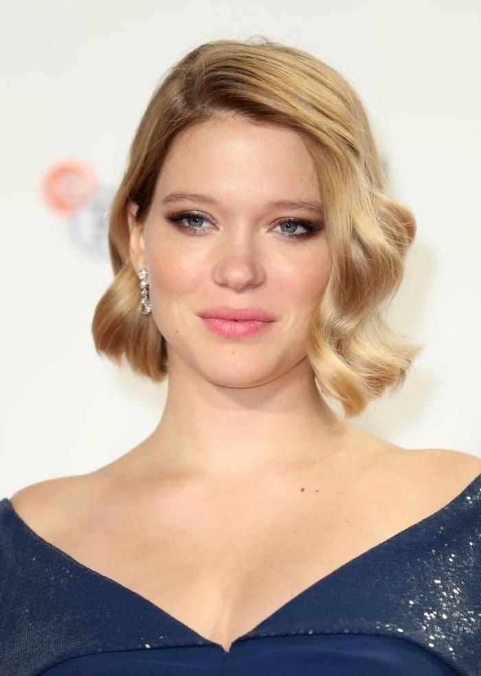 coiffure femme ondulée blonde carré coupe courte aspect élégant