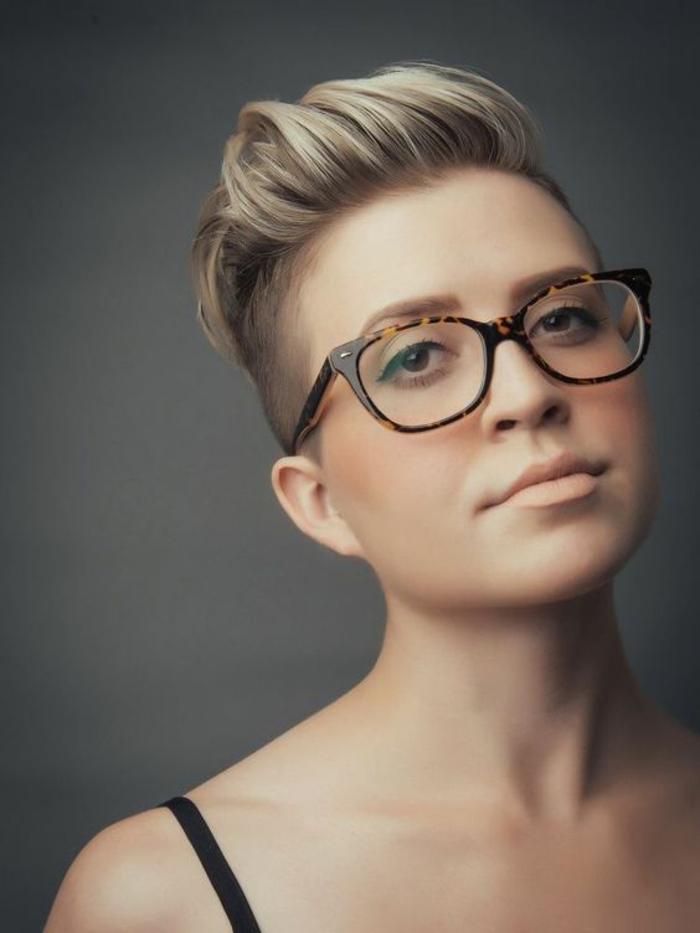 coiffure femme hipster rasée des deux cotés couleur platine
