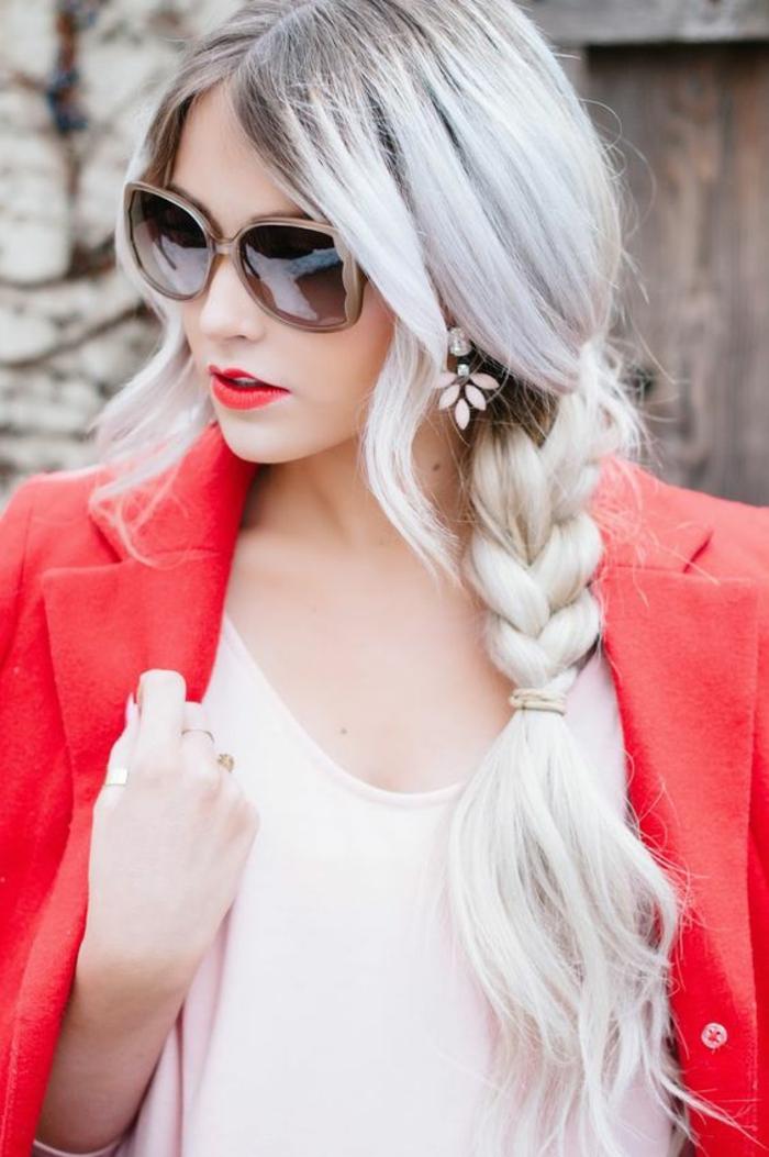 coiffure femme avec grande tresse et des mèches tombantes des deux cotés