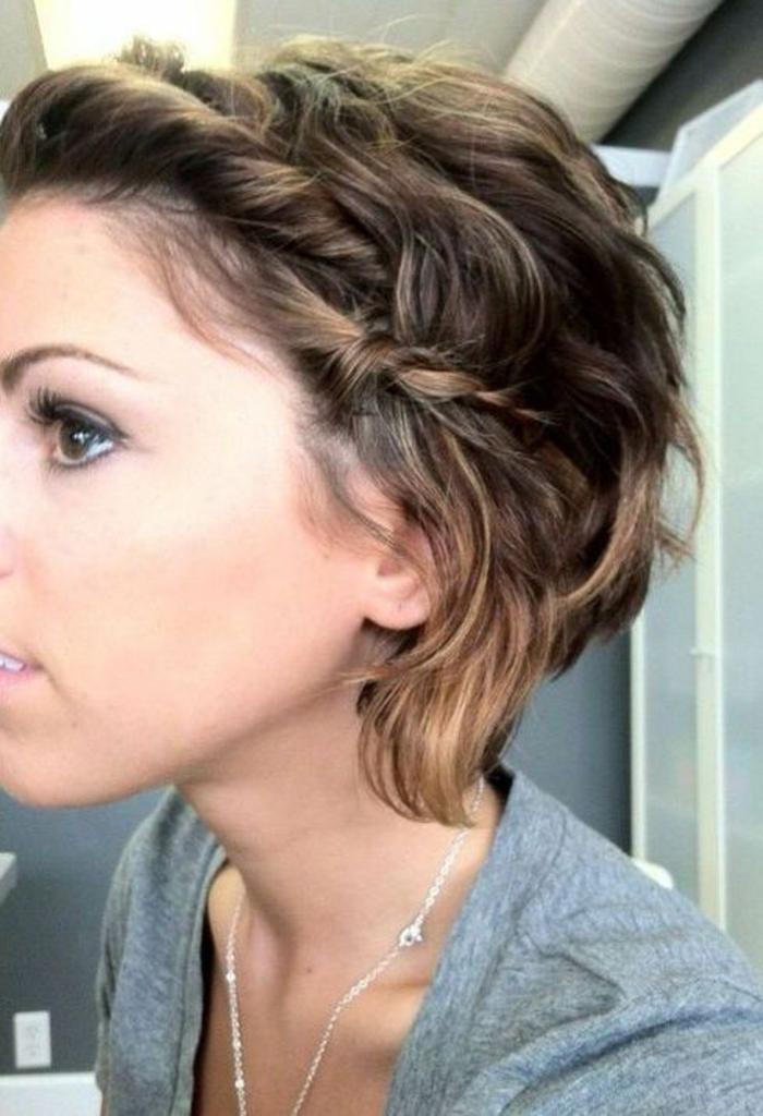 coiffure de femme courte avec des mèches enroulées en tresses