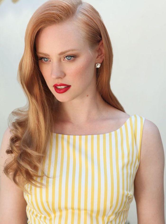 une coiffure de style rétro aux boucles légères, cheveux blond roux, tendance rose gold