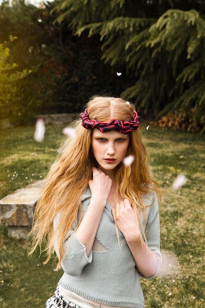 de longs cheveux ondulés effet plage, couleur de cheveux roux vénitien aux reflets dorés