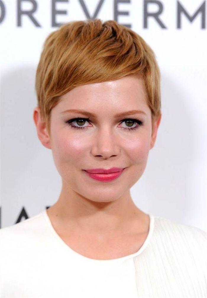 coupe de cheveux courte avec frange courte de côté, couleur de cheveux blond roux et des lèvres rose