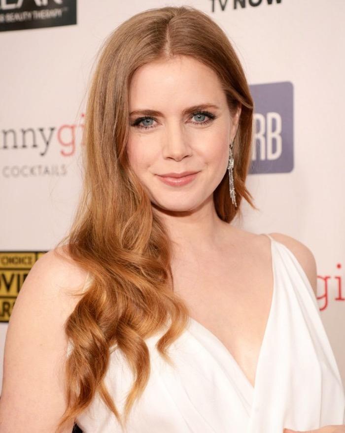des cheveux blond roux pour un effet bonne mine associée à une peau de porcelaine et un maquillage pêche