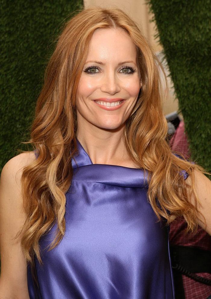 des cheveux roux aux reflets cuivrés et blonds miel mis en valeur par une coiffure ondulée