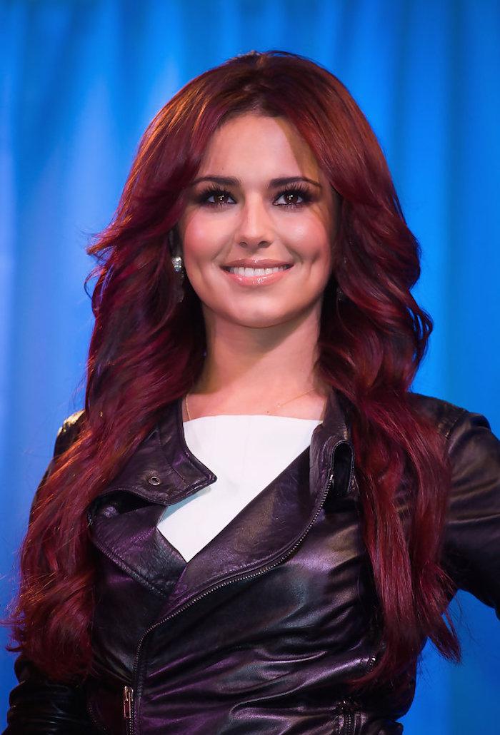 cheveux couleur bordeaux, boucles d'oreilles perles, faux cils, chemise blanche, cheveux longs, coloration rouge foncée