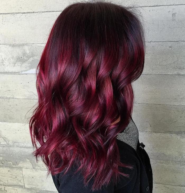 couleur de cheveux rouge, écharpe femme, manteau noir, coiffure avec boucles, coloration rouge bordeaux