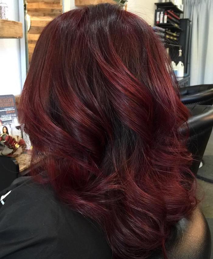 couleur de cheveux rouge, procédure beauté femme, coiffeur professionnel, cheveux mi longs, coloration bordeaux