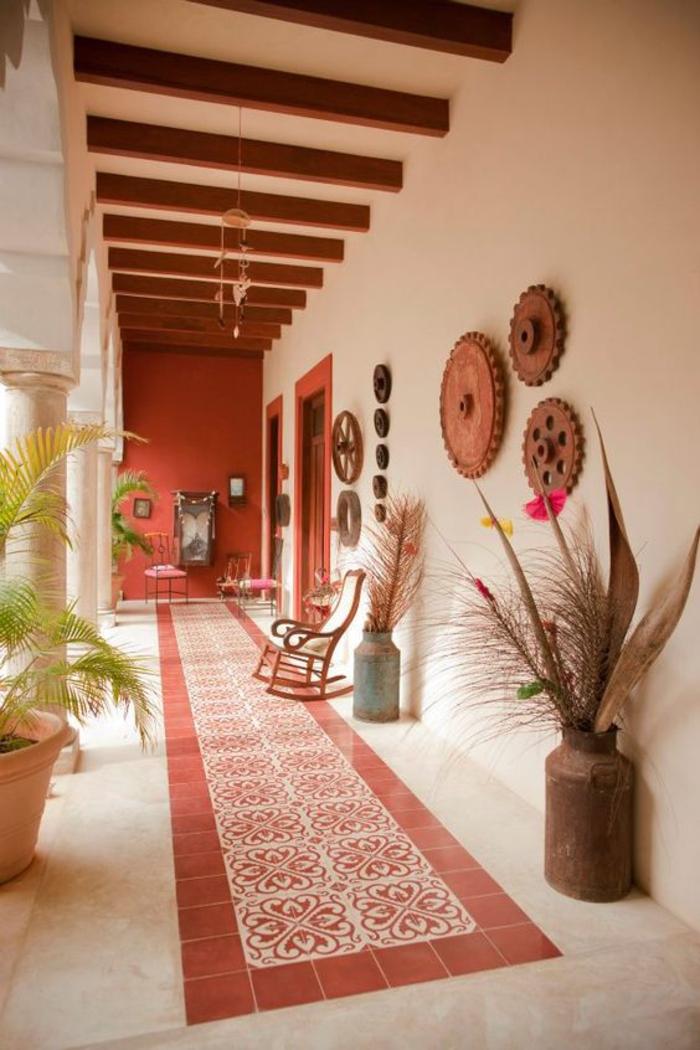 déco de style sud-ouest américain à esprit hacienda, pan de mur et carrelage en teinte terre de sienne, des poutres apparentes en bois