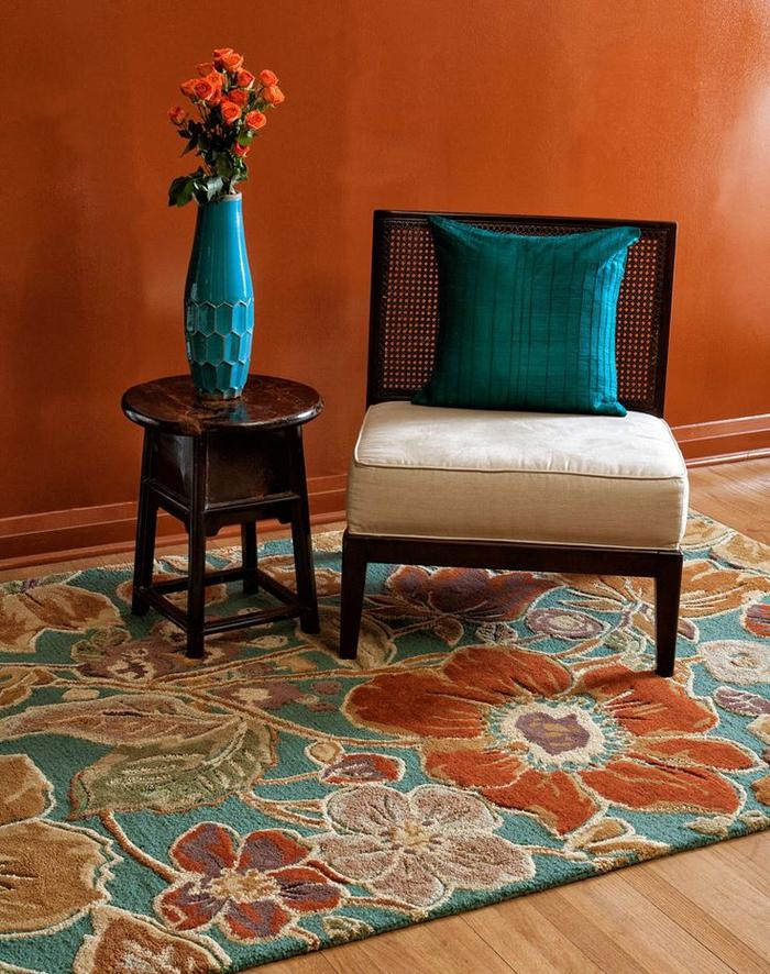 comment associer la couleur sienne orangeâtre, tapis floral en bleu et orange