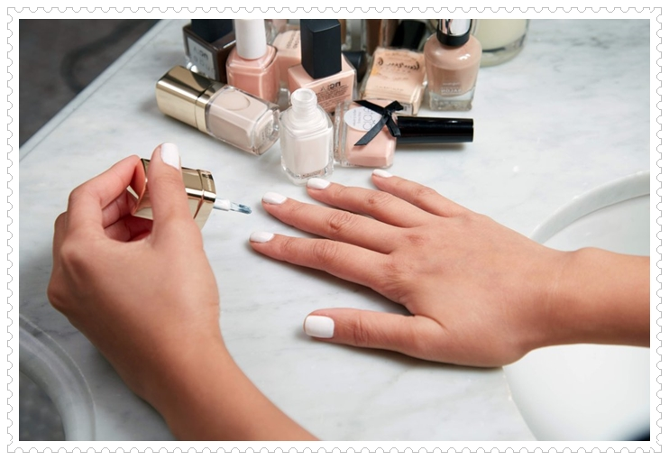 comment faire une manucure, mains femme, comptoir en marbre, vernis à ongles, manucure blanche