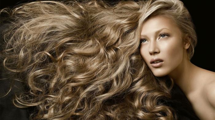changer de couleur de cheveux, lèvres nude, yeux claires, cheveux blonds, coiffure boucles, idée couleur cheveux