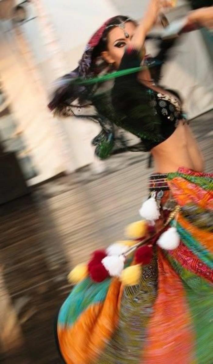combattre la fatigue mouvement tourbillon de danse orientale habit aux couleurs paradisiaques