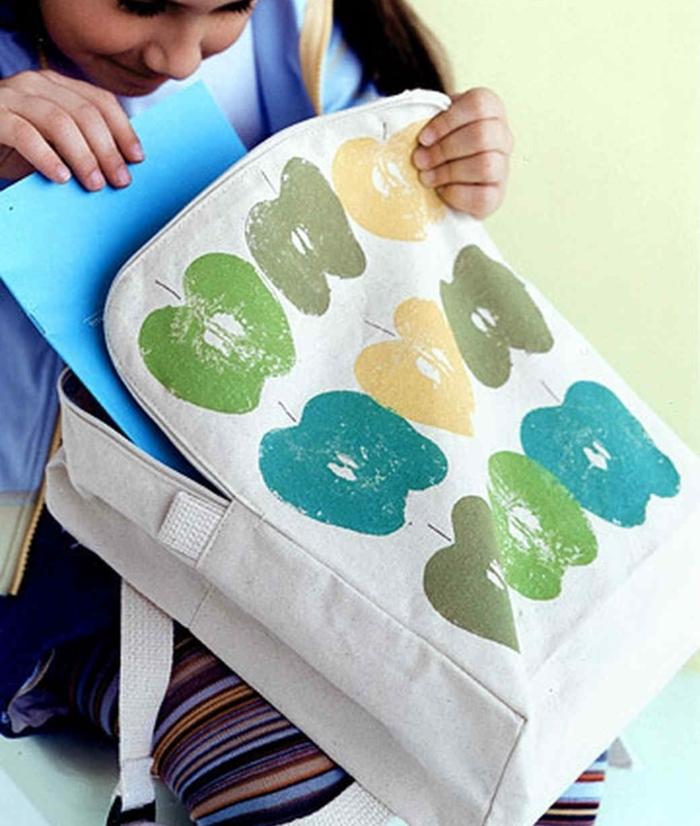 customiser un sac à empreintes pomme multicolores, activités manuelles pour enfants en primaire