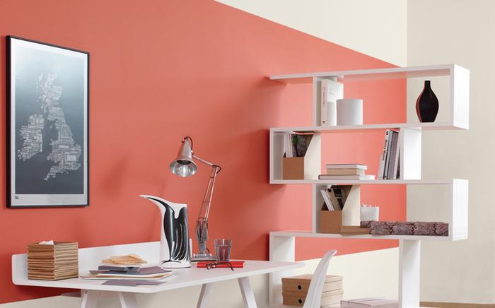 espace bureau minimaliste en blanc et couleur sienne qui tire vers le corail