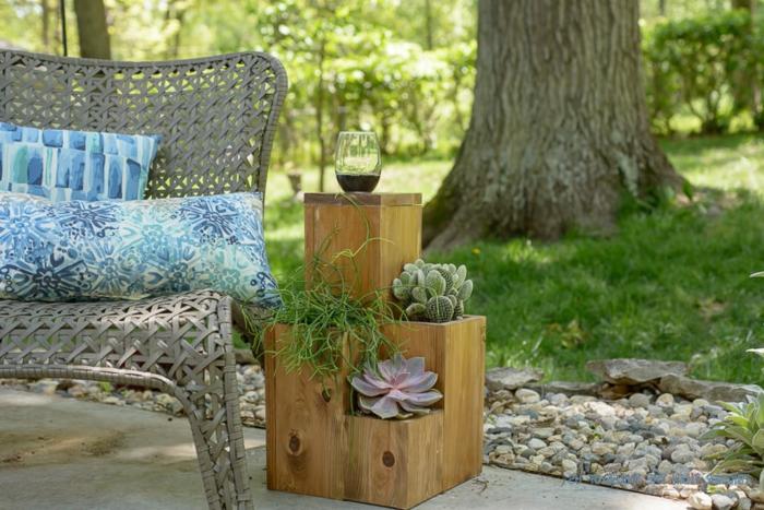 les astuces pour faire une jardiniere en palette à plusieurs niveaux, planter des succulentes, deco jardin exterieur, canapé en rotin