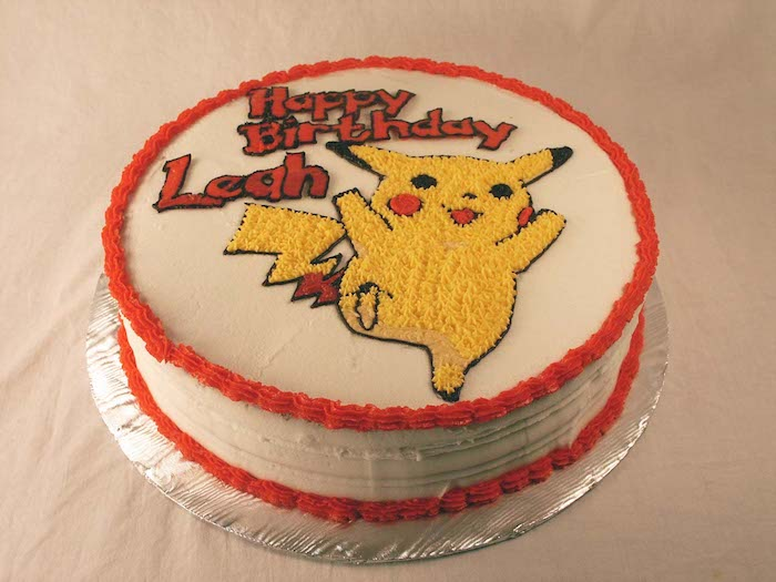 decoration gateau pokemon, génoise au vanille, crème blanche, dessin pikachu, gâteau d anniversaire, pikachu mignon