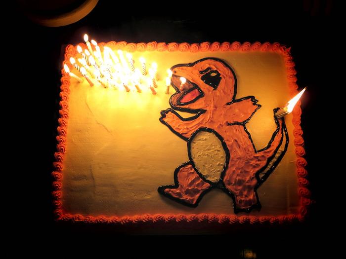 gâteau d anniversaire, décoration dino pokémon, bougies pour anniversaire, gateau pokemon