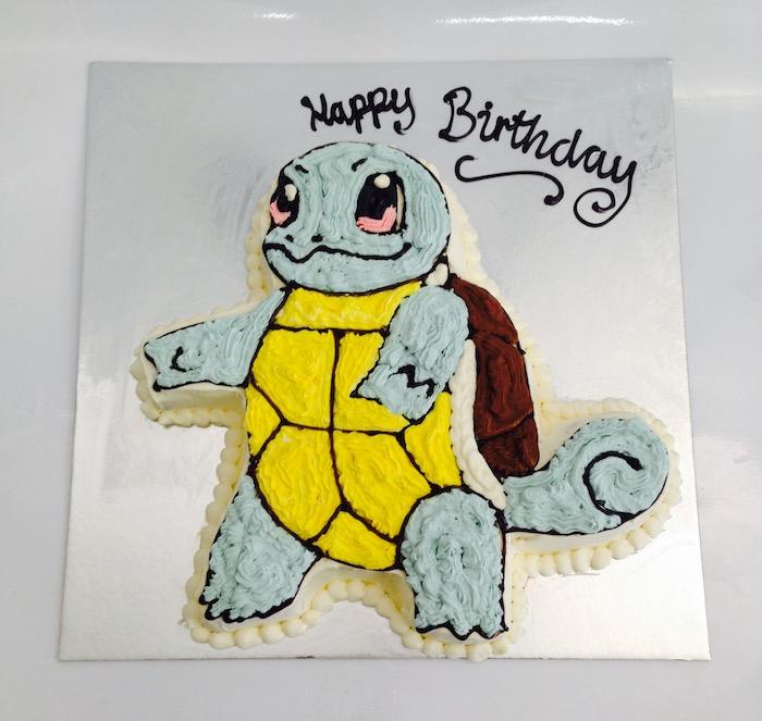 anniversaire pokemon, gâteau d anniversaire, tortue pokémon, plaque à pâtisserie, crème jaune, topping chocolat