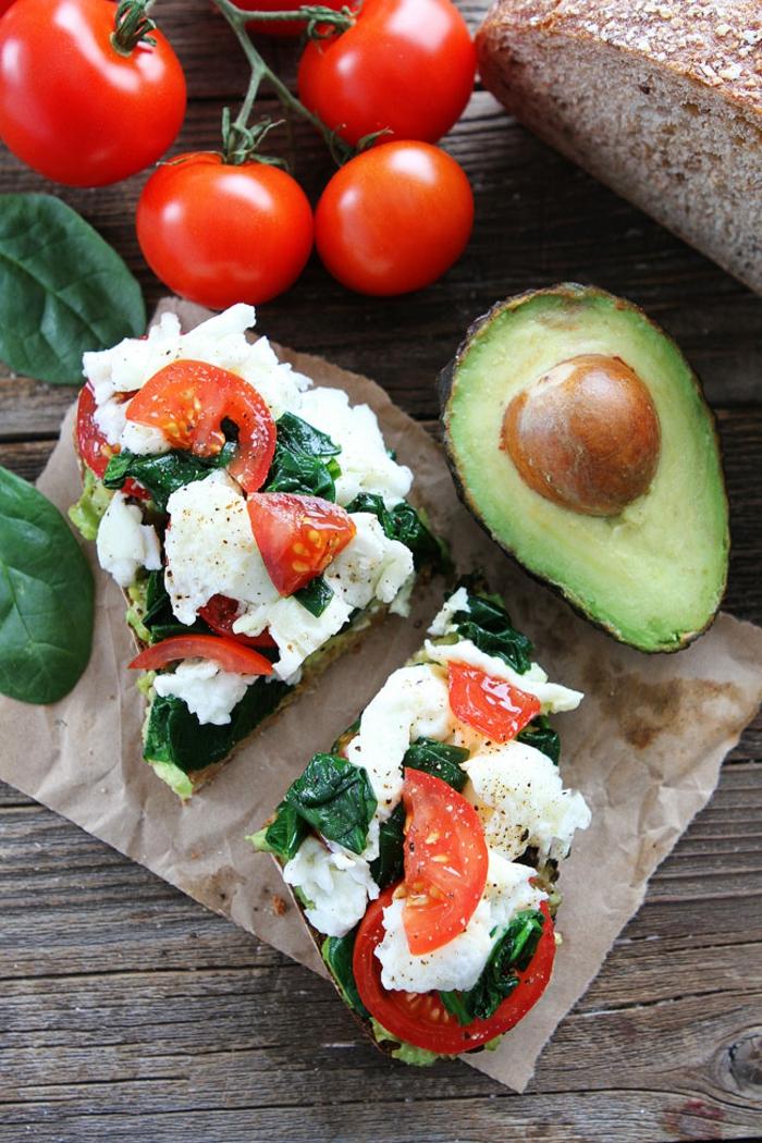 recette équilibrée, tomates cerises, avocat, tranches de pain, légumes, fromage, plat équilibré, recettes rapides et équilibrées