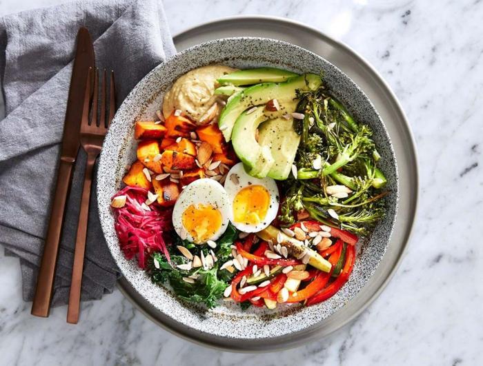 alimentation équilibrée, comptoir en marbre, serviette grise, oeufs, poivron rouge, courgette, carottes, repas équilibré