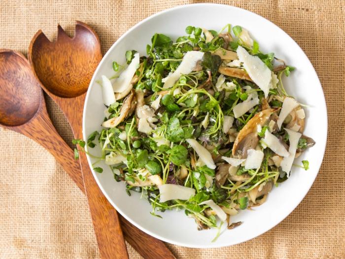 manger équilibré, serviette beige, cuillère en bois, salade, poulet, manger sainement, assiette plate, menu équilibré