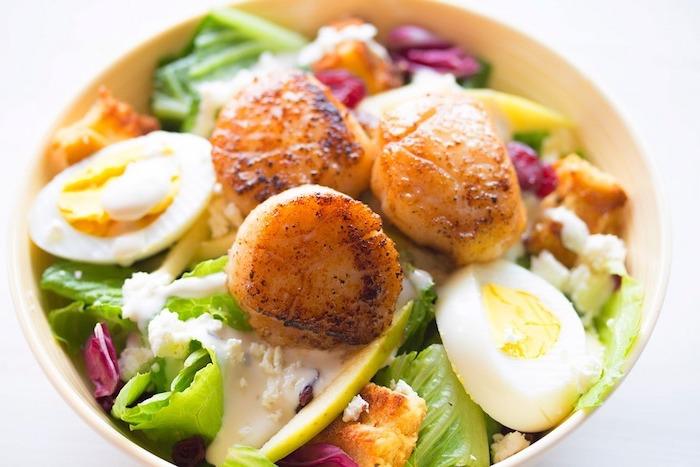 manger sainement, recette facile, oeufs, pommes de terre, légumes, fromage, bol jaune, menu sain
