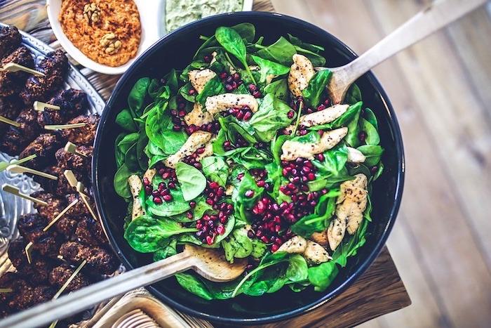 manger sainement, poêle, légumes, grains, poulet, planchette en bois, comment manger équilibré