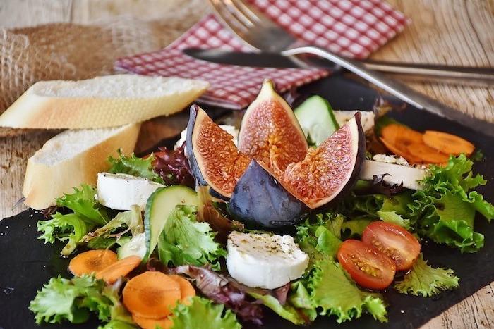 plat équilibré, carottes, tranches de pain, salade verte, fromage, recettes rapides et équilibrées