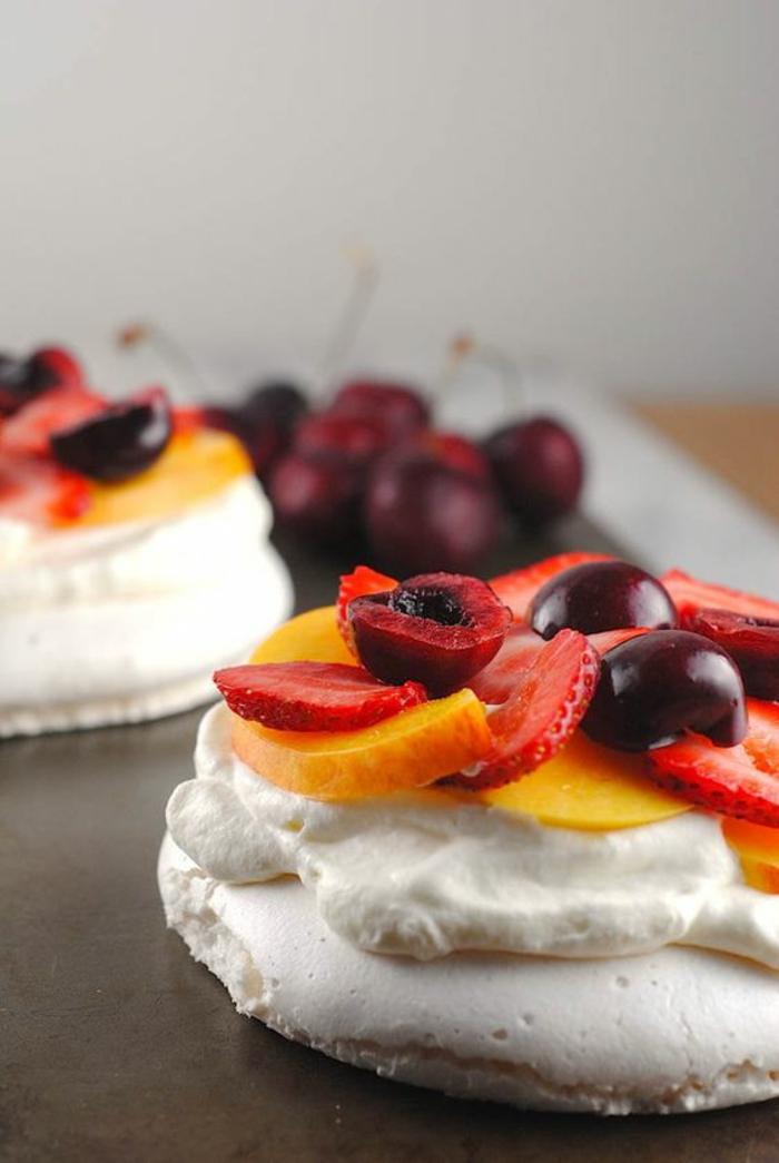 recette de pavlova vegan aux fraises, cerises et pêches, recette de meringue original à l'aquafaba