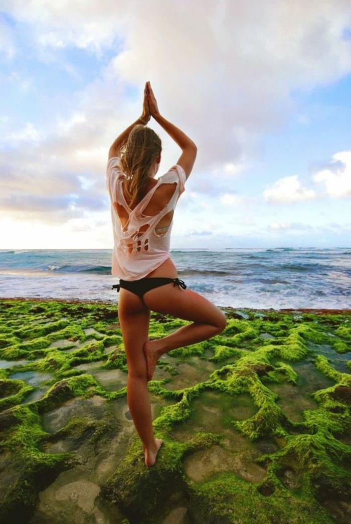 combattre la fatigue avec le yoga sur la plage pour relaxer et pour le tonus