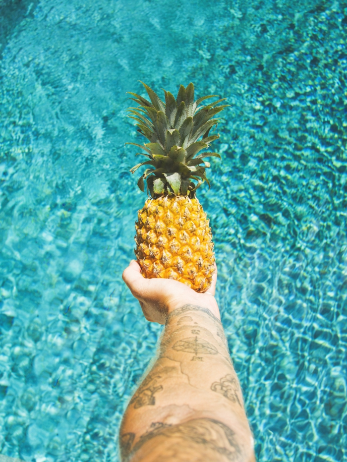 Les tatouages des hommes idée tatouage discret homme tattoo avant bras ananas et compas