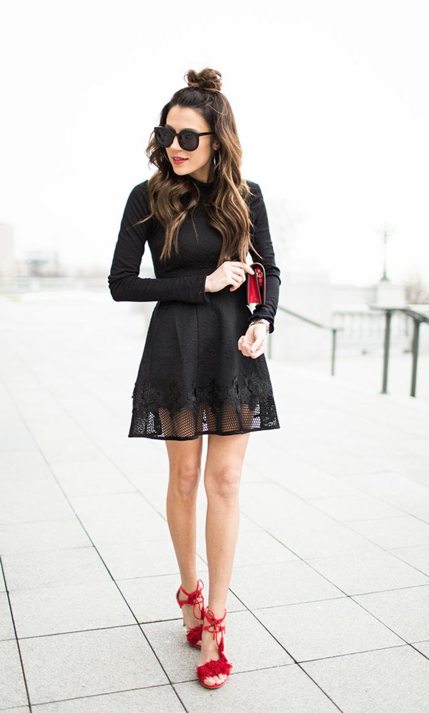 Beau sac à main femme pochette cuir femme accessoire joli accessoires rouges sur tenue noire