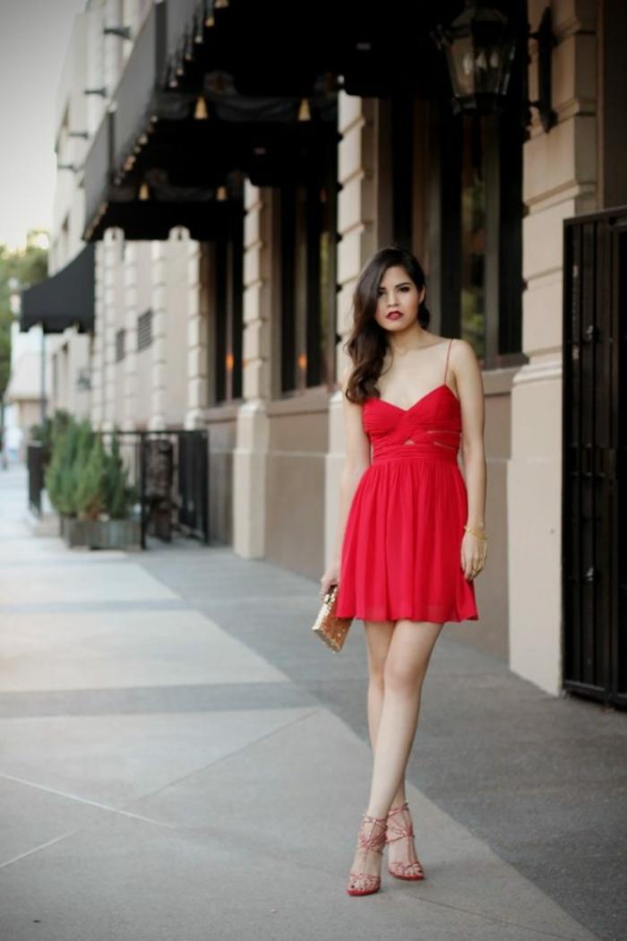 Robe rouge courte très joli associée avec sandales rouges et pochette dorée cool idée tenue de soirée