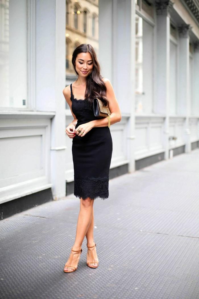 Beau sac à main femme pochette cuir femme accessoire joli petite robe noire sandales a talon pochette léopard