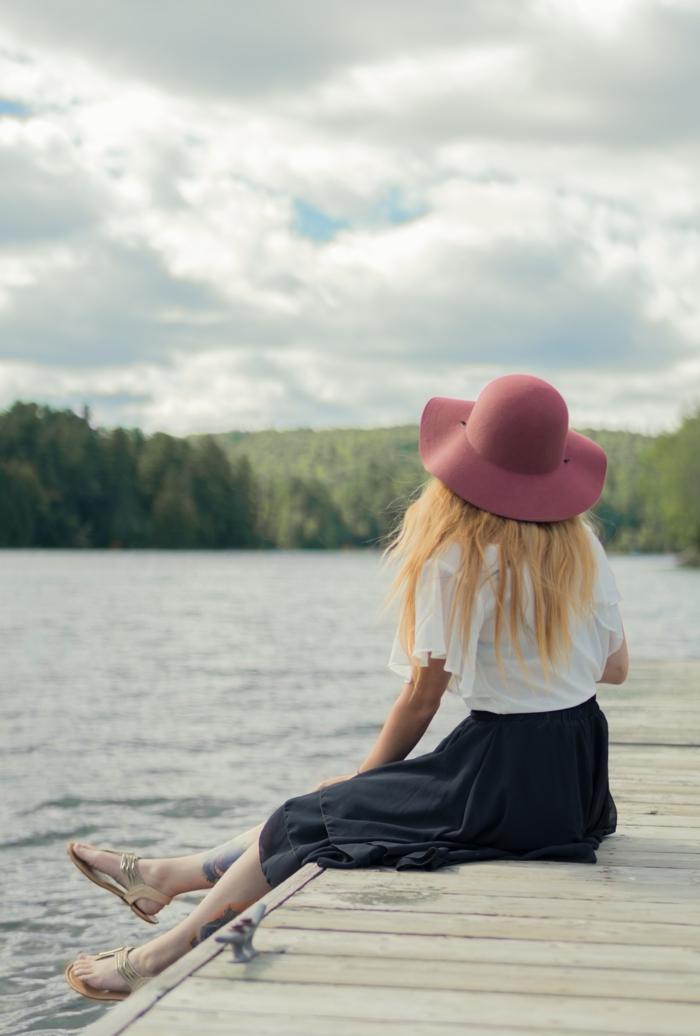 Plume oiseau tatouage tatouage nouveau départ au bord d un lac belle femme
