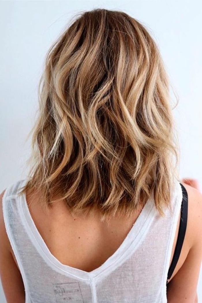 coiffure femmes longueur jusqu'aux épaules ondulante look qui souligne la beauté des cheveux