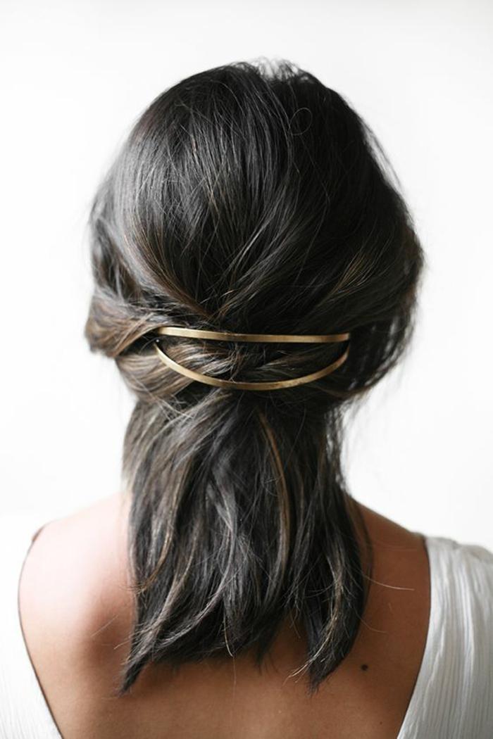 coiffure avec longueur aux épaules et accessoire en métal