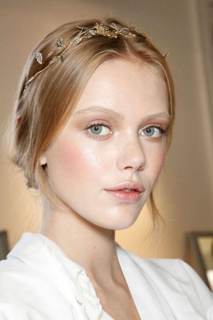 coiffure romantique avec couronne et une peau rayonnante pour mettre en beauté le joli blond roux