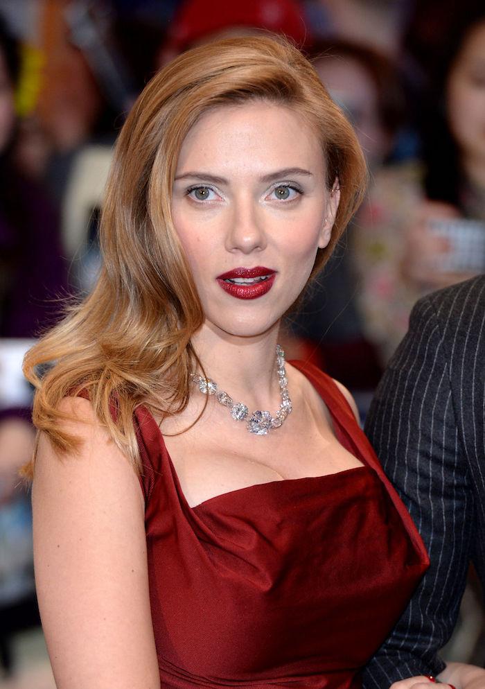 des cheveux blonds roux porté de côté combinés avec un rouge à lèvres sensuel
