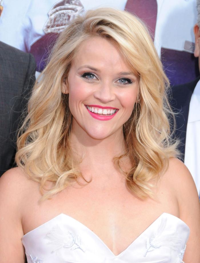 quelle couleur de cheveux, lèvres rose, coiffure blonde avec boucles, Reese Witherspoon, idée couleur cheveux