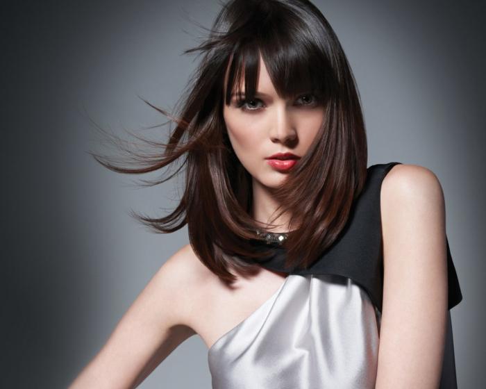 comment choisir sa couleur de cheveux, coiffure avec frange, coupe carré, robe en blanc et noir, lèvres rouge