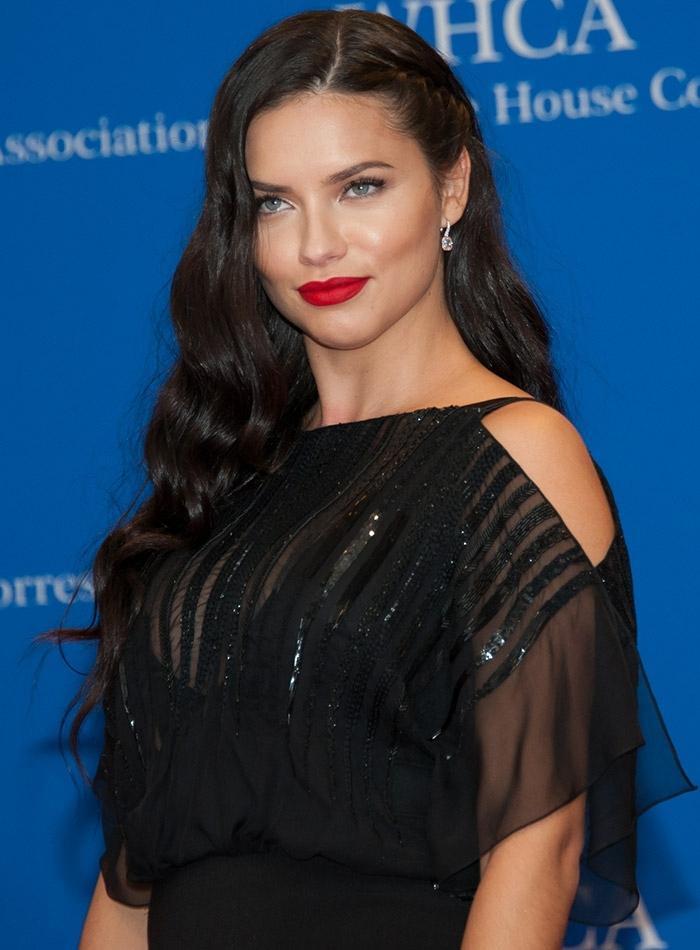 comment choisir sa couleur de cheveux, robe noire, Adriana Lima, lèvres rouge, boucles cheveux noirs