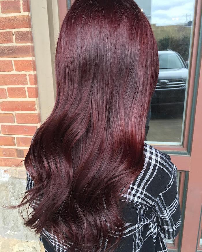 cheveux bordeau, coiffure femme, cheveux bouclés sur les extrémités, coloration bordeaux, rouge foncée