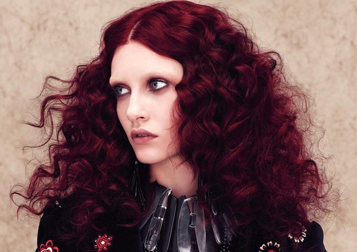 cheveux rouge foncé, yeux gris, rouge à lèvres nude, cheveux frisés, coloration bordeaux, collier métallique