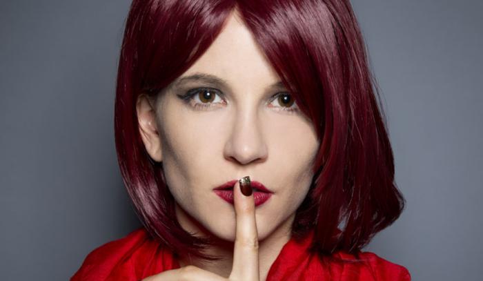 teinture rouge bordeaux, yeux châtain, coupe carré longueur épaules, coiffure avec frange, coloration cheveux bordaux